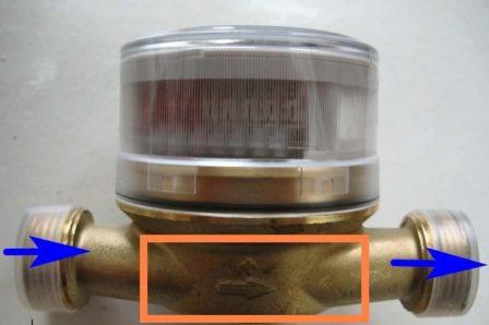 стрелка для указания Направление установки счётчика