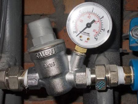 манометр с редуктором давления поможет измерить давление воды